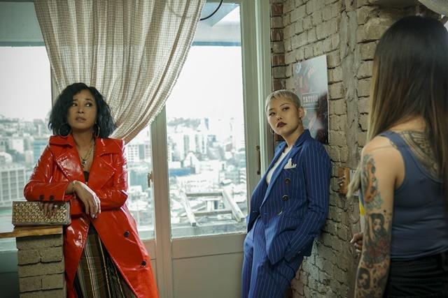 김은영은 배우 조민수와 모녀로서 호흡을 맞췄다. 강렬한 비주얼의 투샷은 무시무시한 걸크러쉬 매력을 뿜는다. /초미의 관심사 스틸컷