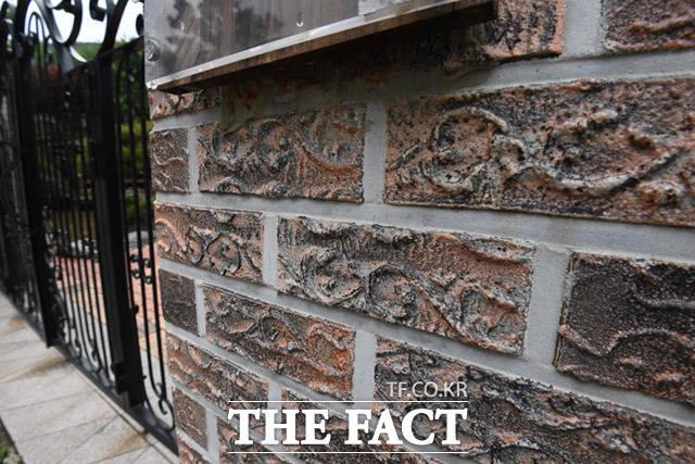 건축과 관련해 인테리어 비용 중 고급 자재 사용으로 가격이 비쌌다고 해서 논란이 된 외장 벽돌.