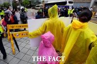 [TF포토] 평화의 소녀상 보호하는 학생들