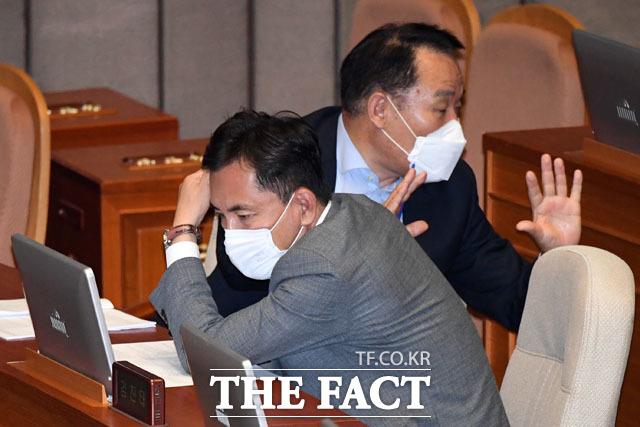 본회의 안건 살펴보는 김진태 의원(아래)과 염동열 의원