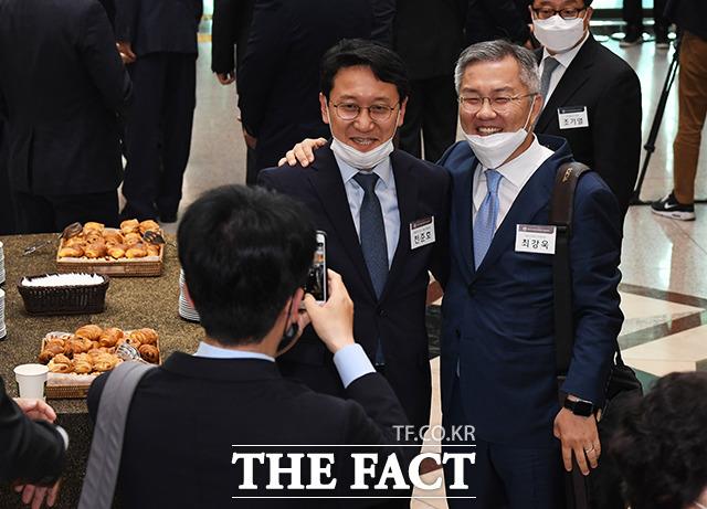 기념사진 촬영하는 천준호 더불어민주당 당선인(가운데)과 최강욱 열린민주당 당선인(오른쪽)