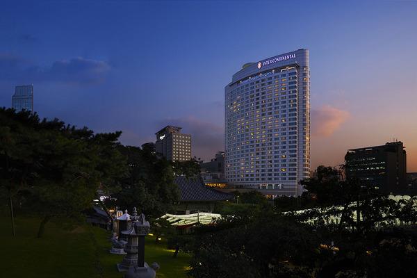 코로나19로 타격을 입은 호텔이 내국인 호캉스족의 발길을 잡기 위해 판매처를 홈쇼핑으로 확대했다. /GS홈쇼핑 제공