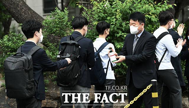 코로나19로 등교 개학이 미뤄진 지 80일만에 등교를 시작한 20일 오전 서울 종로구 경복고등학교에서 고3 학생들이 등교를 하고 있다. /이동률 기자