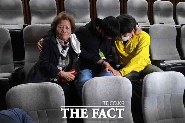 과거사법 통과에 눈물짓는 피해자들… 계류된 민생법안 처리하며 유종의 미 거둔 20대 국회