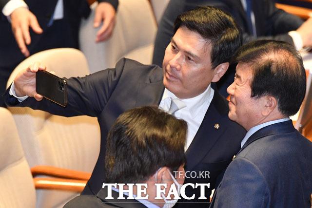 박병석 의원과 사진찍는 지상욱 의원