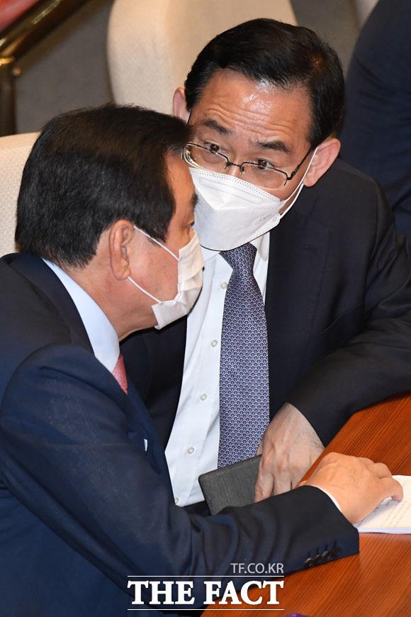 김무성 의원과 대화하는 주호영 원내대표