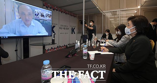 박영선 중소벤처기업부 장관(오른쪽)이 20일 오후 서울 강남구 코엑스에서 열린 브랜드 K 온라인 화상 수출상담회에 참석해 해외 바이어와 상담을 하고 있다. /남용희 기자
