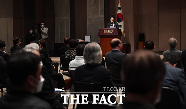 김동훈 회장의 인사말을 경청하는 내빈들