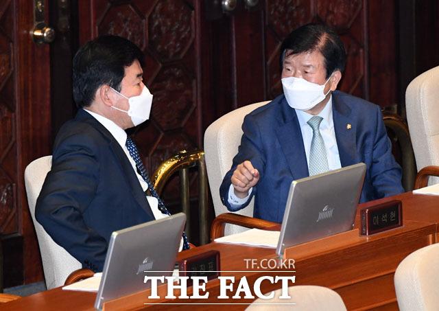 21대 국회의장으로 거론되고 있는 박병석 의원(오른쪽)과 김진표 의원