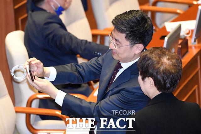 아쉬움은 셀카로 기념사진 찍는 김세연 의원