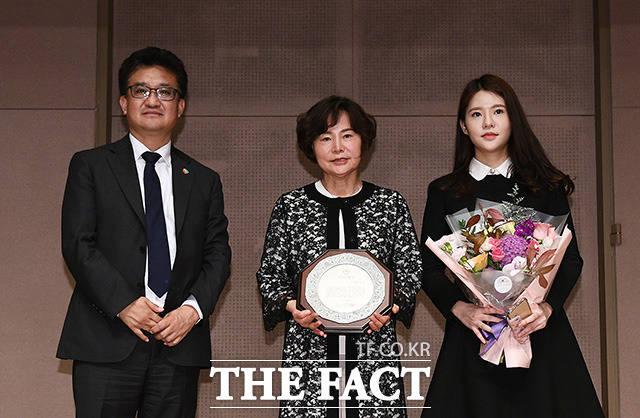 수상 후 기념촬영하는 김동훈 한국기자협회 회장(왼쪽)과 고 김태홍 전 기자협회장의 유족들
