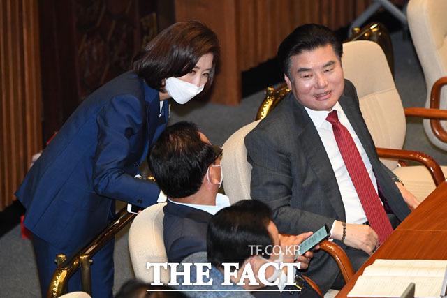 정갑윤 의원과 대화하는 나경원(왼쪽), 원유철 미래한국당 대표