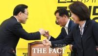 [TF포토] 주호영, '심상정-배진교와 주먹인사'