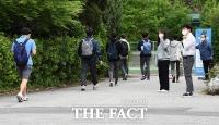 [TF사진관] '반가운 교정' 코로나19 여파... 올해 첫 등교하는 고3학생들