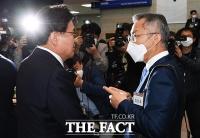 [TF사진관] 의정연찬회에서 만난 황운하와 최강욱