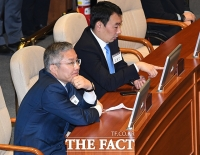 [TF포토] 본회의장 견학하는 최강욱 대표