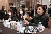 [TF포토] 해외 바이어에게 상품 소개하는 박영선 장관