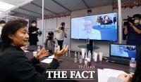 [TF포토] 온라인으로 바이어 만나는 박영선 장관