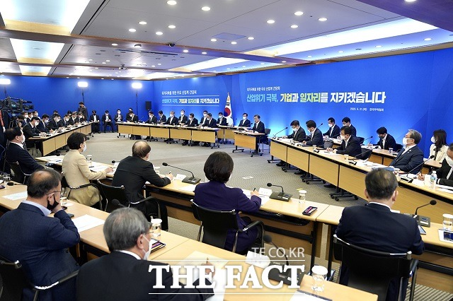 문 대통령이 21일 서울 강남구 한국무역협회에서 열린 위기 극복을 위한 주요 산업계 간담회에 참석해 발언하고 있다. /청와대 제공