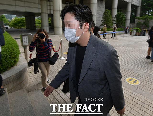 故구하라를 폭행하고 협박한 혐의로 기소된 최종범이 21일 오후 서울 서초구 서울중앙지방법원에서 열리는 항소심 공판에 출석하고 있다. /이덕인 기자