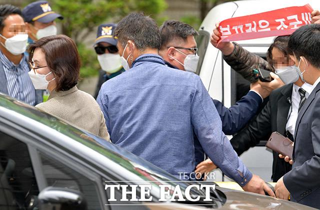 자녀 입시 비리와 사모펀드 불법 투자 등 혐의를 받는 정경심 동양대학교 교수(왼쪽)가 21일 오전 서울 서초구 서울중앙지방법원에서 열린 속행 공판 출석을 마치고 차량으로 이동하고 있다. /이덕인 기자