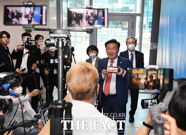 민경욱 미래통합당 의원(가운데)이 21일 오후 서울 여의도 국회 소통관에서 기자회견을 열고 총선 부정선거 의혹을 또다시 강조하고 있다. / 국회=배정한 기자