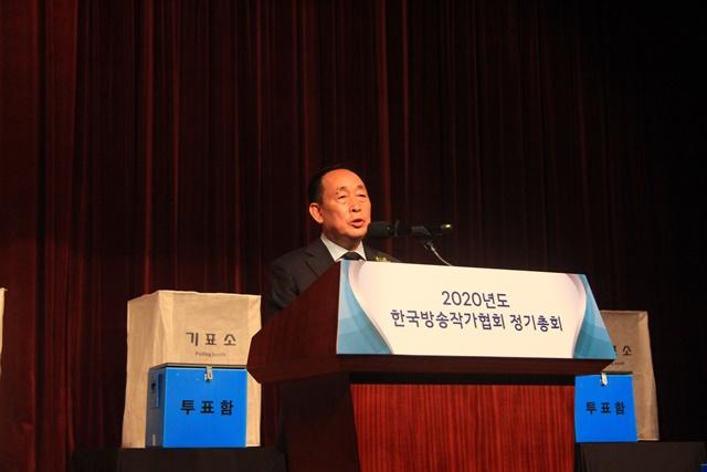 예능 전설로 불리는 임기홍 작가가 최근 한국방송작가협회 제30대 이사장에 취임했다. 비드라마 출신 중 예능작가 출신으로는 임 이사장이 처음이다. 그는 직전까지 협회 부회장을 12년간 역임했다. /한국방송작가협회 제공