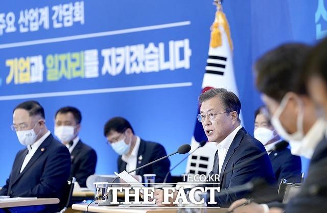 문재인 대통령이 21일 서울 강남구 한국무역협회에서 열린 위기 극복을 위한 주요 산업계 간담회에 참석해 발언하고 있다. /청와대 제공