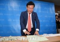 [TF포토] 입수한 투표용지 또 공개하는 민경욱