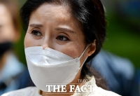 [TF사진관] 첫 공판 불출석…법정 나서는 '케어' 박소연 전 대표