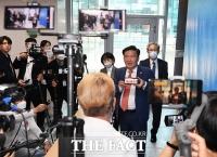 [TF사진관] 유튜버에 둘러싸인 민경욱 의원