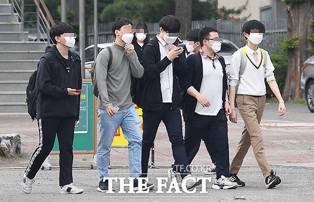 나란히 걷는 학생들