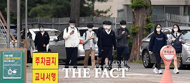등교개학 사흘째인 22일 오후 서울의 한 고등학교에서 학생들이 하교하고 있다.