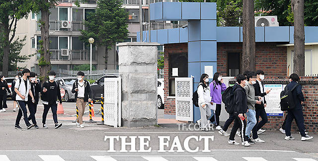 고3 등교개학 사흘째인 22일 오후 서울 노원구의 한 고등학교에서 학생들이 하교를 하고 있다. /이새롬 기자