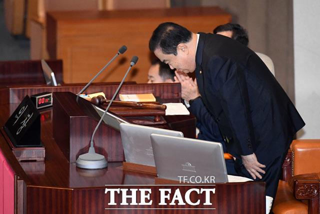 지난 20일 20대 국회 마지막 본회의에 참석해 임기를 마치는 소감을 전한 뒤 인사하는 문희상 의장. /남윤호 기자