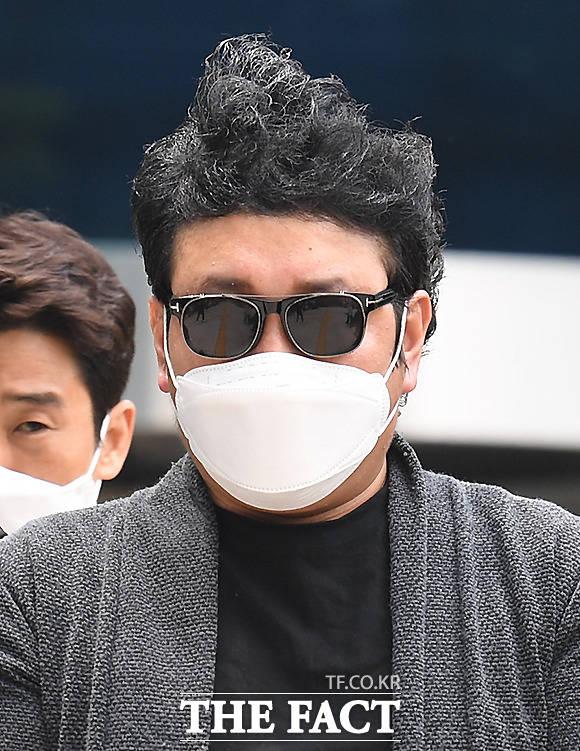 아파트 경비원 고(故) 최희석 씨를 폭행한 혐의를 받는 주민 심 모 씨가 22일 오전 서울 북부지방법원에서 영장실질심사를 마친 뒤 법원을 나오고 있다. /이새롬 기자