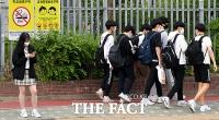 [TF포토] 학교 밖에서는 우르르