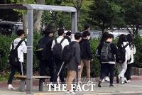 [TF포토] 학교 밖, 지키기 어려운 '거리두기'