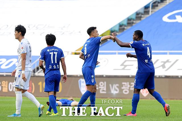 승리의 기쁨 나누는 수원 삼성 선수들