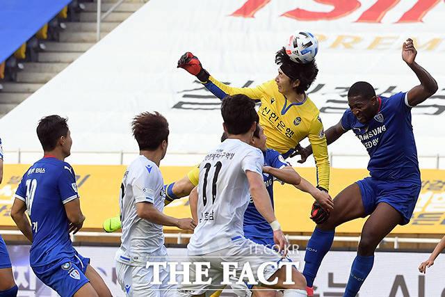 추가시간 4분, 마지막 공격에 헤딩슛 시도하는 인천 골키퍼 정산