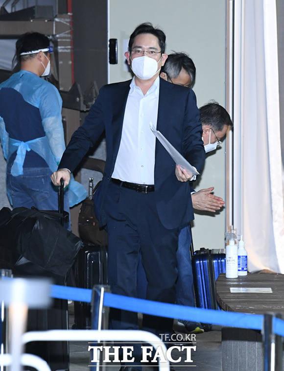 이재용 삼성전자 부회장이 중국 출장을 마치고 지난 19일 오후 경기도 김포시의 한 호텔에서 코로나19 바이러스 음성 판정을 받고 자택으로 귀가하고 있다. /임세준 기자