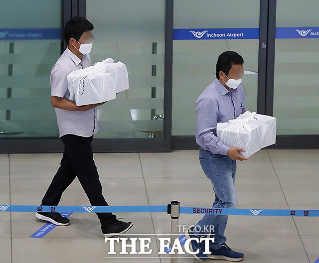 히말라야 안나푸르나에서 눈사태로 실종됐던 교사 4명의 유해가 23일 인천국제공항 제1터미널을 통해 운구되고 있다. /뉴시스