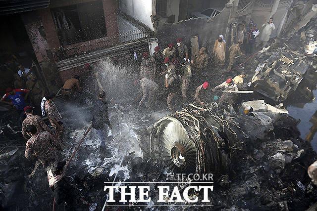 파키스탄 남부 카라치에서 추락한 파키스탄 여객기에서 최소 56구의 시신을 수습했으며 2명이 생존한 것으로 알려졌다. /카라치=AP.뉴시스