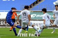 [TF포토] 수원 크르피치 슛팅 막아내는 인천 문지환