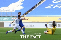 [TF포토] 슛팅 막아내는 인천 골키퍼 정산