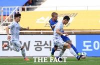 [TF포토] 수원 타가트의 공격 저지하는 인천 김연수