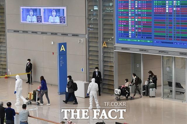 이탈리아의 교민들이 지난 4월1일 오후 전세기를 타고 인천국제공항 제2터미널을 통해 귀국하는 모습. /남용희 기자