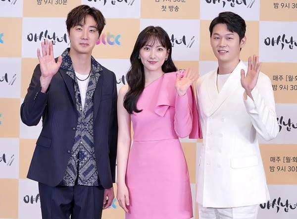 정일우, 강지영, 이학주(왼쪽부터)가 펼치는 삼각 로맨스 JTBC 야식남녀가 25일 오후 제작발표회를 열였다. /JTBC 제공