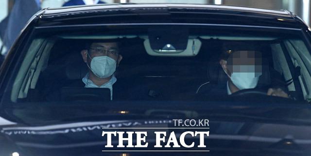 지난 19일 오후 중국 출장 일정을 마친 이재용 부회장이 경기도 김포시의 한 호텔에서 코로나19 바이러스 검사 결과 음성 판정을 받고 자택으로 귀가하는 모습. /임세준 기자
