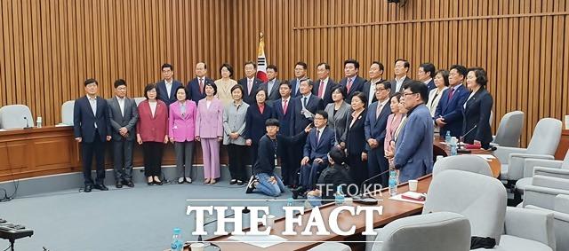 조수진 미래한국당 대변인이 26일 오후 국회에서 한국당 당선자·국회의원 합동회의를 마친 후 미래통합당과의 합당과 관련한 결의문을 대표로 낭독하고 있다. /국회=허주열 기자